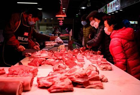 Varmuuden vuoksi. Lihamarkkinoilla Shanghaissa asioitiin kasvomaskeissa perjantaina. Kiinassa jo 1400 ihmistä on kuollut koronavirusepidemiaan.