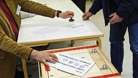 Äänestäjän kuoreen lyödään leima hänen äänestäessä kuntavaaleissa Iivisniemen koululla Espoossa vaalipäivänä sunnuntaina 9. huhtikuuta 2017.