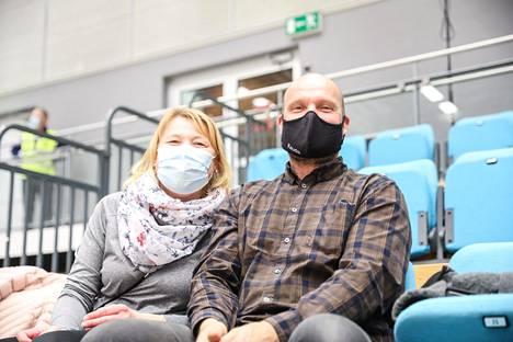 Katja Lemola ja Jouni Kyllinen saapuivat Lahdesta seuraamaan ottelua.
