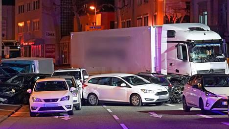 Mies törmäsi varastetulla rekka-autolla päin pysähdyksissä olleita henkilöautoja.