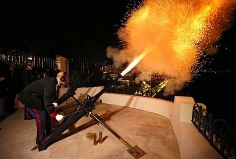 Kaksosten syntymää juhlistettiin Monacossa eilen 42 kunnialaukauksella.