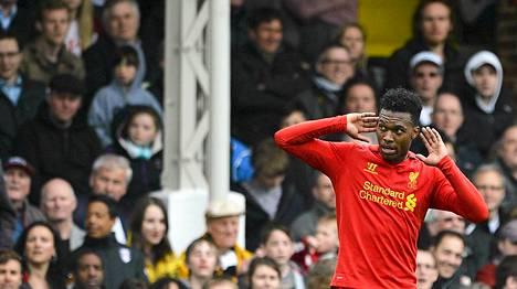 Liverpoolin Daniel Sturridge lähettämässä terveisiä Fulhamin kannattajille.