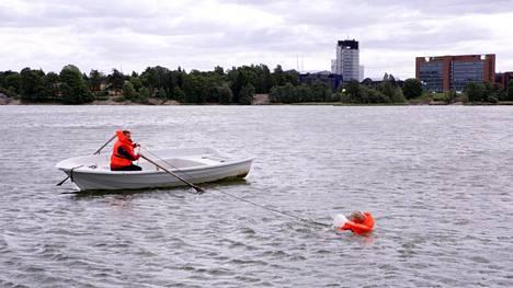 Näin pelastat veneestä pudonneen – älä missään nimessä anna omaa kättä avuksi