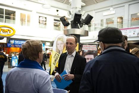 Perussuomalaisten vaalitilaisuus Kempeleen Zeppelinissä maanantaina.