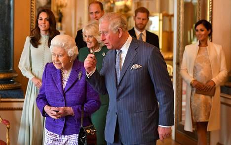 Kuningatar Elisabet ja prinssi Charles ovat suhtautuneet Harryn mukaan hyvin eri tavalla hänen päätökseensä jättää kuninkaallinen elämä taakseen.
