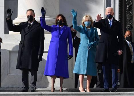 Kamala Harrisin puoliso Doug Emhoff, Kamala Harris, Jill Biden ja Joe Biden vilkuttivat yleisölle saavuttuaan virkaanastujaisiin.