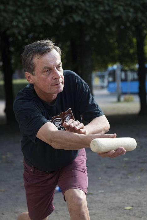 Jukka Mäntylä pitää mölkkyä monimuotoisena. – Mölkyä on sanottu hiekkakenttien shakiksi.