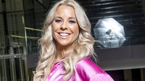 Talen Suomi -tv-sarjan tuomarina nähtävä Krista Siegfrids kertoo omaksi erikoistaidokseen voimistelutemppujen teon.
