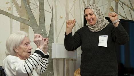 Karhuvuorikodissa asuva Aili Autio ja turvapaikanhakija Ban Alkhazai löysivät yhteisen kielen musiikista. Autio kajautti Maamme-laulun, Alkhazai taas irakilaisen kansansävelmän, johon Autio liittyi tahtia taputtamalla.
