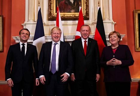 Johnson kuvattiin kuitenkin muiden Nato-maiden johtajien kanssa. Tässä kuvassa vasemmalla Ranskan presidentti Emmanuel Macron, Britannian pääministeri Boris Johnson, Turkin presidentti Recep Tayyip Erdogan ja Saksan liittokansleri Angela Merkel.