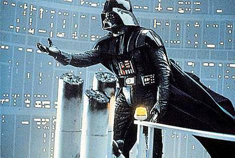 Aito Darth Vader näyttää tältä. Tähtien sota -leffojen konnaksi pukeutunut brittimies käytti viittanaan jätesäkkejä.