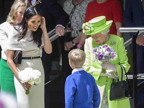 Kuningatar Elisabet luotti uutuuskirjan mukaan Meghanin taitoihin edustustehtävissä.
