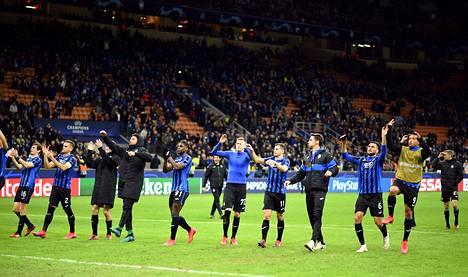 Atalantan pelaajat juhlivat faniensa edessä voitettuaan Valencian.