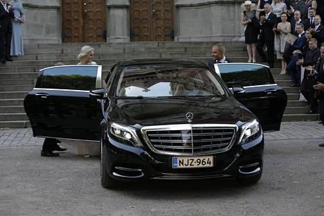Hääautona parilla toimi musta Mercedes-Benz S500 Maybach.