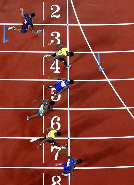 Justin Gatlin (alhalla) ylitti maalilinjan niukasti ennen Christian Colemania (rata 5) ja Usain Boltia (rata 4).