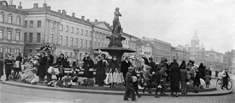 Kansa kokoontuu viettämään vappua. Kuva 1930-luvulta.