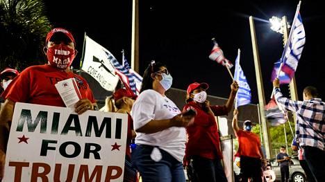Presidentti Donald Trumpin kannattajat kerääntyivät vaalipäivänä äänestyspaikan lähelle Miami-Daden piirikunnassa, jossa Trump menestyi ennakko-odotuksia paremmin.