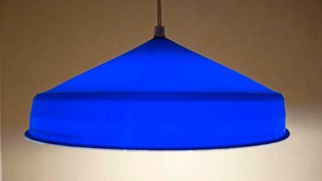 Trash Design -näyttelyn lampunvarjostin on muovijätteestä.