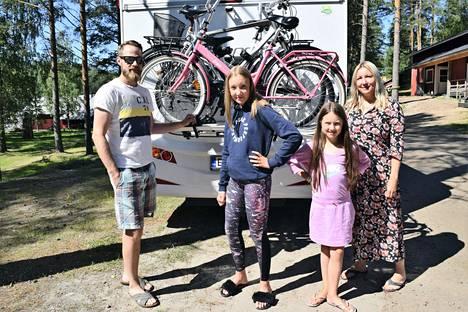 Pirkkalalaiset Kalle, Helmi, Pihla ja Susanna Kaivonen ovat nauttineet Saimaan-lomastaan enemmän kuin mistään pitkään aikaan.