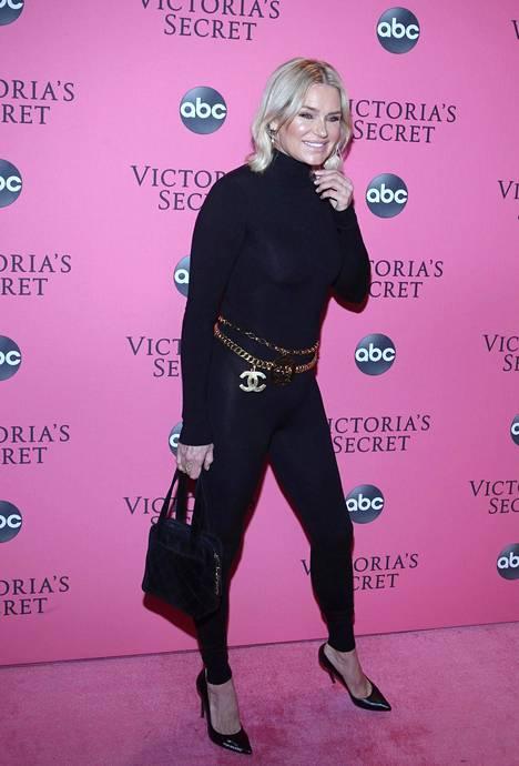 Yolanda Hadid kannusti tyttäriään marraskuisessa Victoria's Secret -alusvaateshow'ssa.