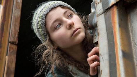 Uusiseelantilainen Thomasin McKenzie näyttelee Leave No Trace -draamassa teinityttöä, joka on asunut isänsä kanssa metsässä yhteiskunnan ulkopuolella.