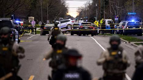 Poliisi eristi paikan, jossa Daunte Wright kolaroi autonsa ampumisen jälkeen. Wright kuoli paikan päällä.