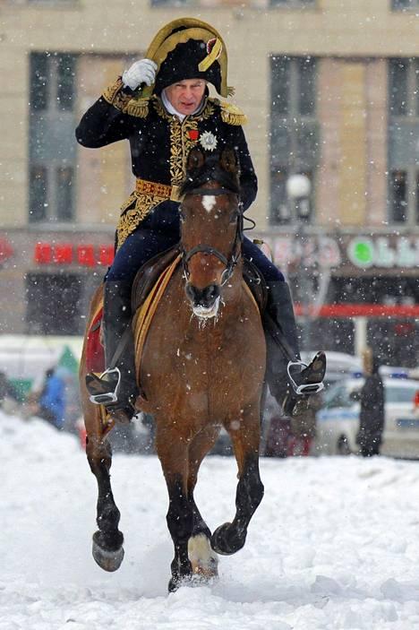 Oleg Sokolov kuvattuna Pietarissa 2013, kun kaupungissa järjestettiin paraati, jossa muisteltiin Napoleonin epäonnista sotaretkeä Venäjälle 1812.