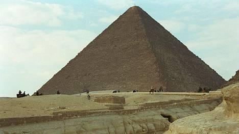 Kheopsin pyramidi Kairon lähellä.
