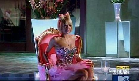 Paris Hilton laittoi ystäväkandidaattinsa kummalliseen tehtävään.