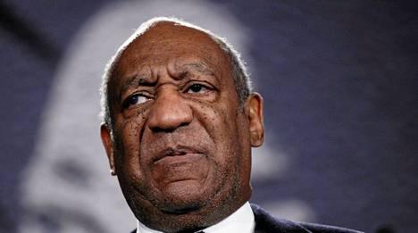 Koomikko Bill Cosbylle satelee syytöksiä seksuaalisesta hyväksikäytöstä 1980-luvulla.