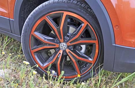 Design-paketissa saa samaan hintaan näyttävät 17-tuumaiset vanteet – mikäli oranssi tai ruskea värimaailma vain sattuu miellyttämään omaa silmää.