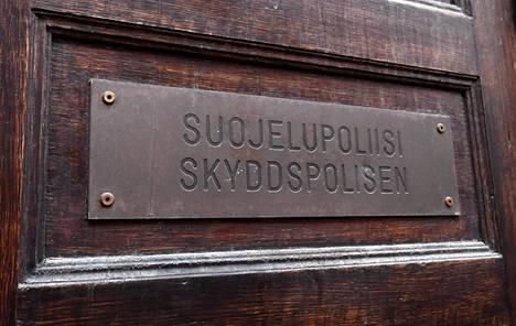 Suojelupoliisin päämajan ovi Helsingissä.