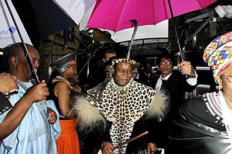 Zulu-kuningas Goodwill Zwelithini piti Winehousea uuvuttaneen puheen ravintolan avajaisissa.