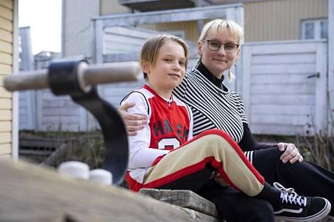 Pauliina Ilmonen on nähty viime aikoina usein mediassa puhumassa koronamallinnuksista. Kuvassa myös poika Osmo, 11.
