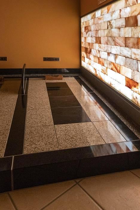 Turkkilaisessa saunassa maataan kivipedeillä.