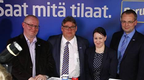 Perussuomalaisten ministerit ovat Jari Lindström (vas.), Timo Soini (toinen vasemmalta), Hanna Mäntylä (toinen oikealta) ja Jussi Niinistö (oik.).