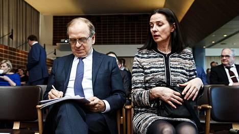 Anne Brunila on tehnyt pitkän uran vaikutusvaltaisissa asemissa. Kuvassa silloinen Suomen Pankin pääjohtaja Erkki Liikanen ja Hankenin professorina toiminut Anne Brunila EK:n seminaarissa vuonna 2018.