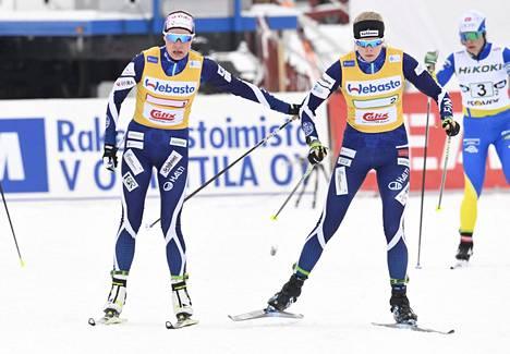 Kainuun Hiihtoseuran Anne Kyllönen ja Alakoski (vas.) hiihtivät parisprintin SM-pronssia tammikuussa Vöyrillä.