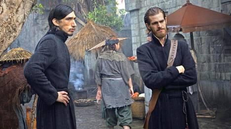 Andrew Garfield (oik.) ei vakuuta jesuiittapappina. Hänen kollegaansa näyttelee Adam Driver.