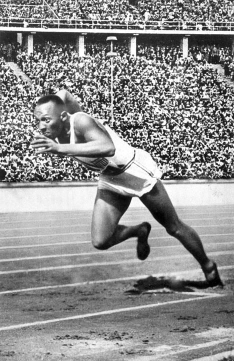 Jesse Owens Berliinin olympialaisissa vuonna 1936.