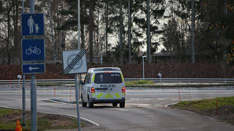 Poliisiauto tarkkaili tapahtumia risteyksessä Tuusulan Vaunukankaalla torstaina päivällä.