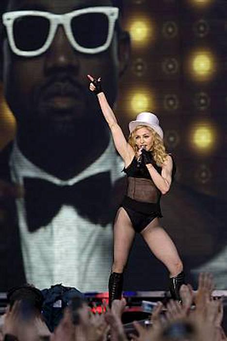 Madonnan lookia Pietarissa.