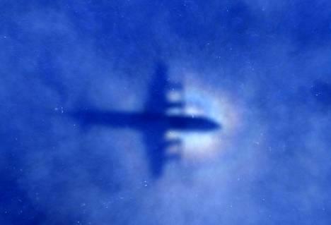 Uuden-Seelannin ilmavoimien kone etsi kadonnutta Malesian Airlinesin lentokonetta viime vuoden maaliskuussa. Valokukuva on otettu pilvien läpi aurinkoa vasten.