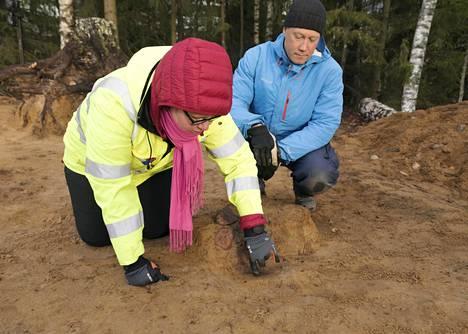 Johanna Roiha ja Janne Soisalo ovat  löytäneet maasta vanhan paalun paikan.