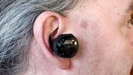 Kuulokkeet käännetään paikoilleen ja ne pysyvät tiukasti korvissa pieneten siivekkeiden avulla.