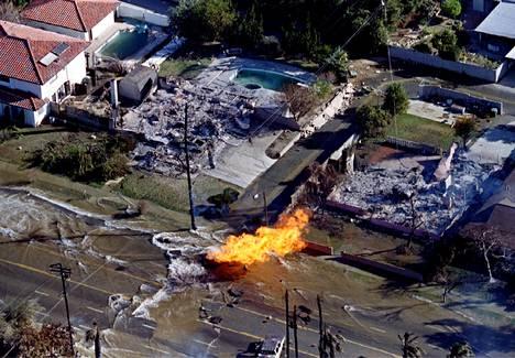 Muun muassa Los Angeles sijaitsee maanjäristyksiä ajatellen riskivyöhykkeellä. Northridgen 6,7 magnitudin maanjäristys teki pahaa jälkeä 17. tammikuuta 1994.