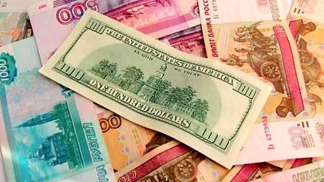 Ruplan kurssi on heikentynyt dollariin verrattuna.