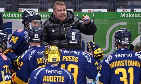 Koronasta toipuva Pekka Virta johti joukkoja finaalisarjan viimeisissä otteluissa vaihtopenkillä.
