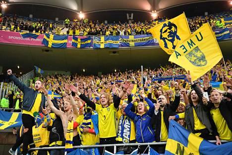 Ruotsin fanit juhlivat kisapaikkaa perjantaina. Heidän iloonsa kisaformaatti ei näyttänyt vaikuttavan.