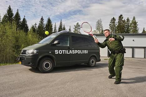 Entinen tennispelaaja Jari Viitala nykytöissään Tikkakoskella.